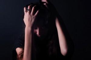 女性 頭抱